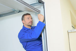 Garage door technician Marysville
